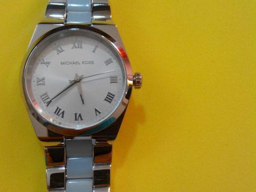 Reloj Michael Kors con correa azul claro en ceramica