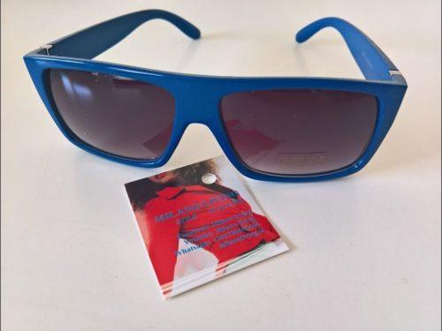 Gafas de sol con color azul eléctrico