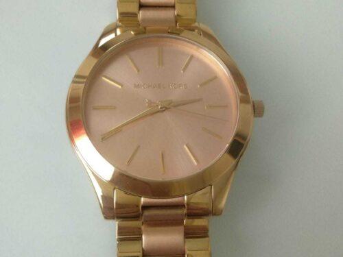 Elegante orologio quarzo colore dorato